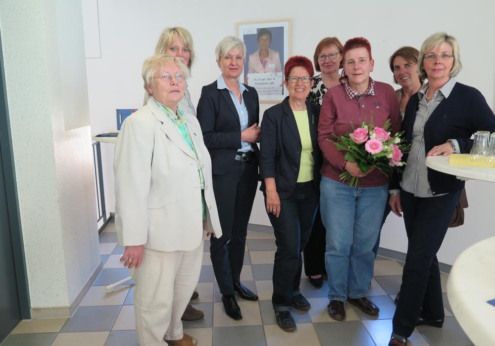 Die Mitglieder des Fördervereins Frauenschutzhaus bedanken sich mit einem Blumenstrauß bei der Fotografin Sabine Resch-Hoppstock für ihre Idee und die Umsetzung der Ausstellung. Foto: Landkreis Wolfenbüttel