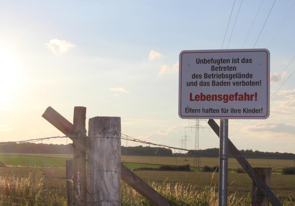 Auch Schilder weisen drauf hin: Das Betreten der Anlage und das Schwimmen ist verboten. Fotos: Nick Wenkel