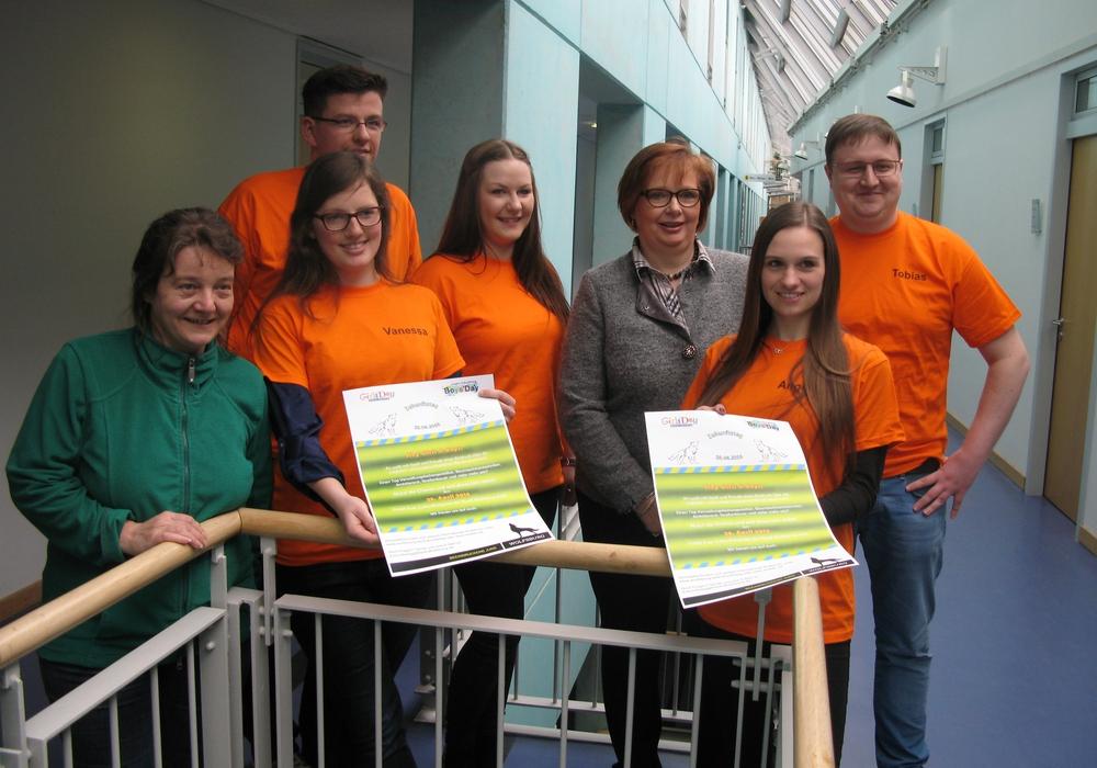Beate Ebeling (dritte von rechts), Gleichstellungsbeauftragte der Stadt, mit dem Team des Zukunftstages 2016. Foto: Stadt Wolfsburg