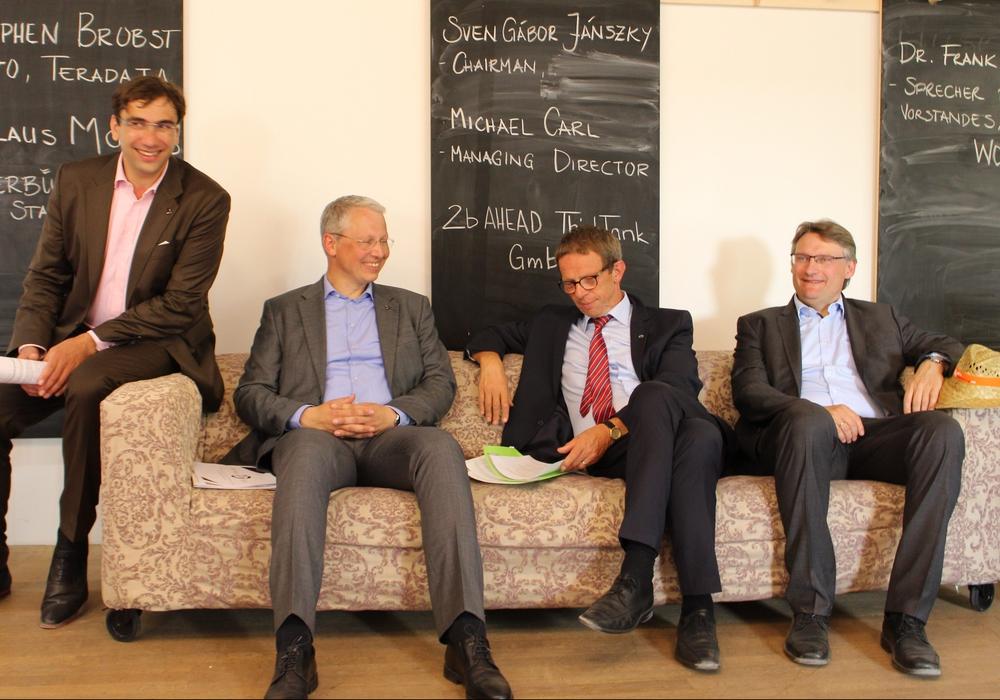 Cheforganisator Sven Gábor Jánsky (von links), Michael Carl von 2b ahead, Wolfsburgs Oberbürgermeister Klaus Mohrs und Dr. Frank Fabian von der Wolfsburg AG beim Pressegespräch. Fotos/Podcast: Frederick Becker