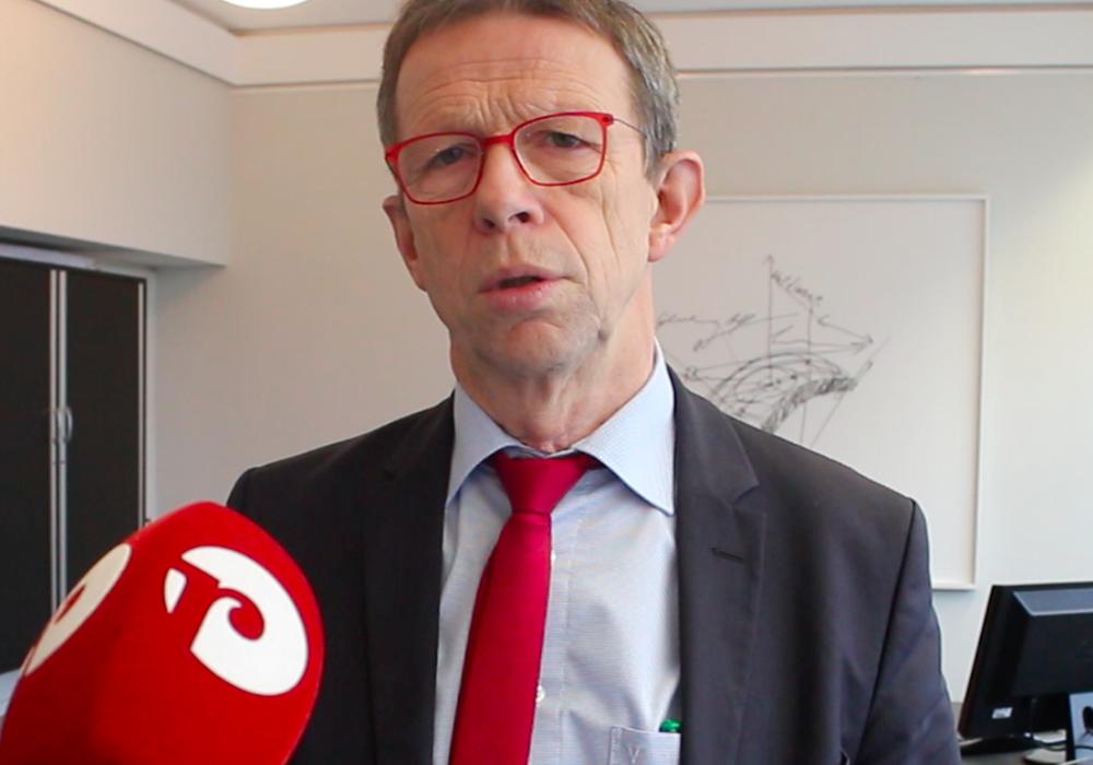 OB Klaus Mohrs beantwortet online Fragen. Foto: Alexander Dontscheff