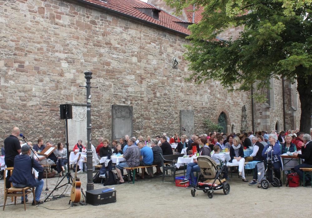 Zum siebten mal wurde am Sonntag an der Magnikirche gemeinsam gefrühstückt. Fotos: Anke Donner