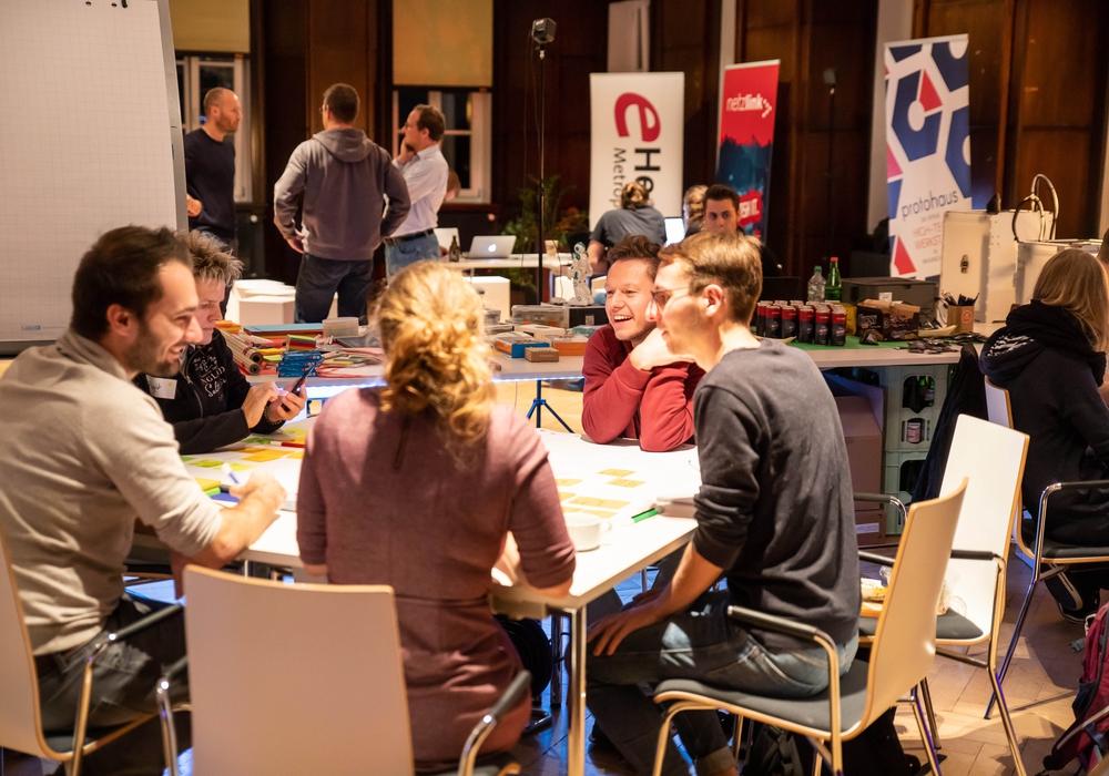 """In kleinen Gruppen – wie hier beim """"Health Hack"""" der Metropolregion – entwickeln die Teilnehmerinnen und Teilnehmer beim Smart City Hackathon ein Wochenende lang Ideen für ein smartes Braunschweig. Foto: Philipp Ziebart"""