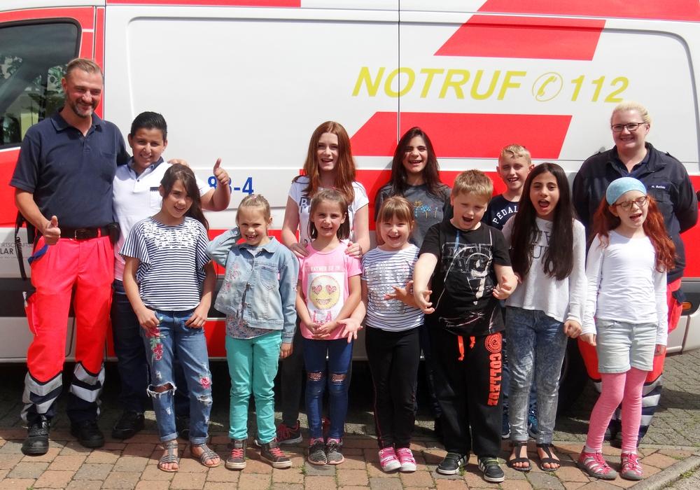 Schüler lernen in den Ferien Erste Hilfe bei Johannitern und bekommen sogar einen Besuch von einem Rettungswagen der Kreiswirtschaftsbetriebe Goslar. Foto: Susanne Felka / Johanniter.