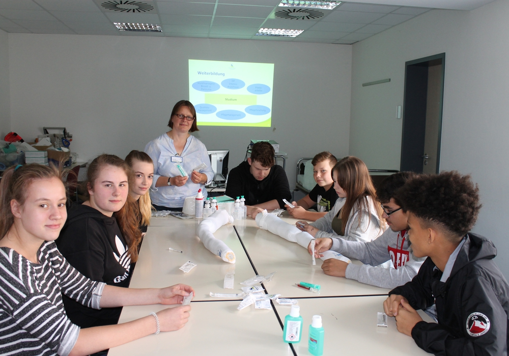 Schülerinnen und Schüler bei Übungen in der Krankenpflegeschule. Foto: Klinikum Wolfenbüttel
