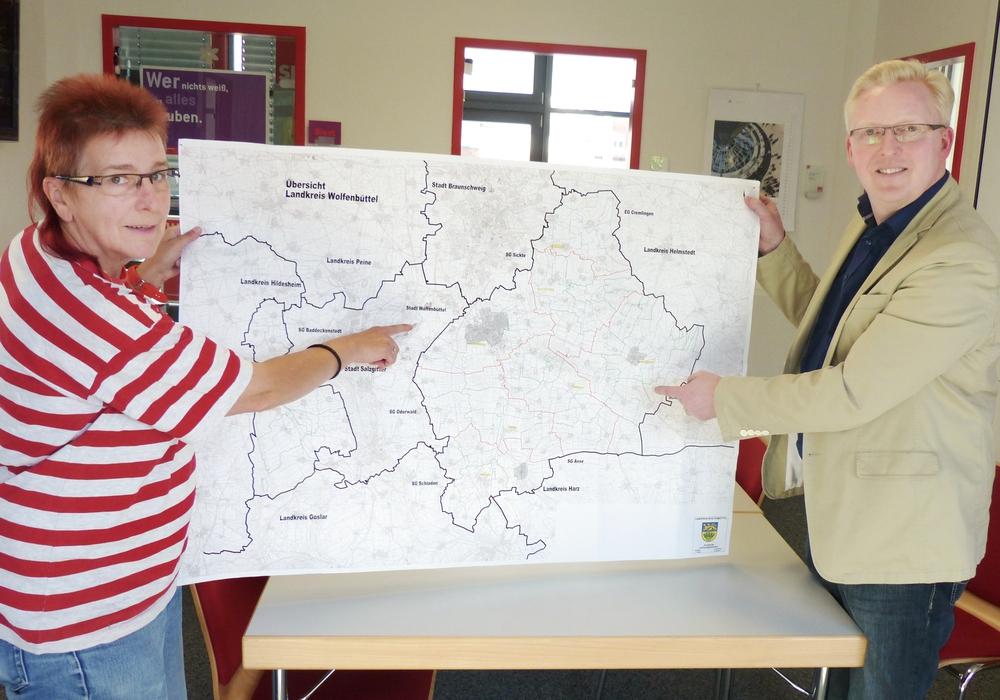 Die Vorsitzenden der SPD-Kreistagsfraktion Falk Hensel und Sabine Resch-Hoppstock mit einer Karte des Landkreises Wolfenbüttel.  Foto: Privat