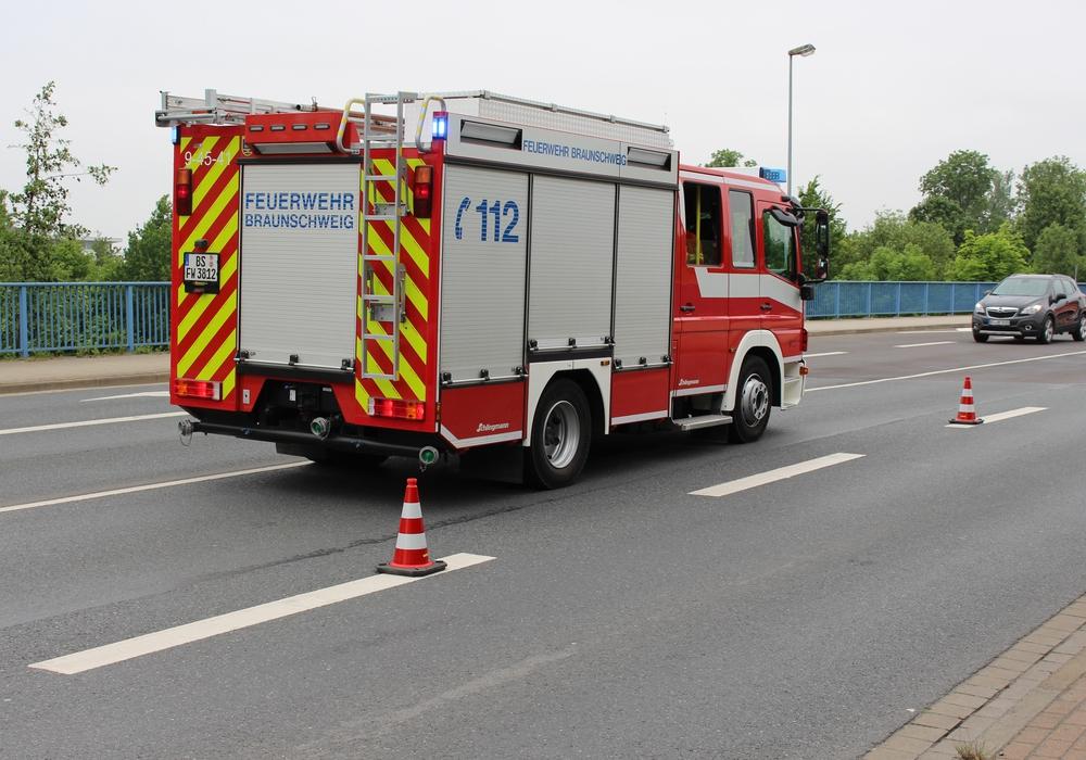 Feuerwehr rückte zu einem Unfall in die Rautheimer Straße aus. Foto: Max Förster