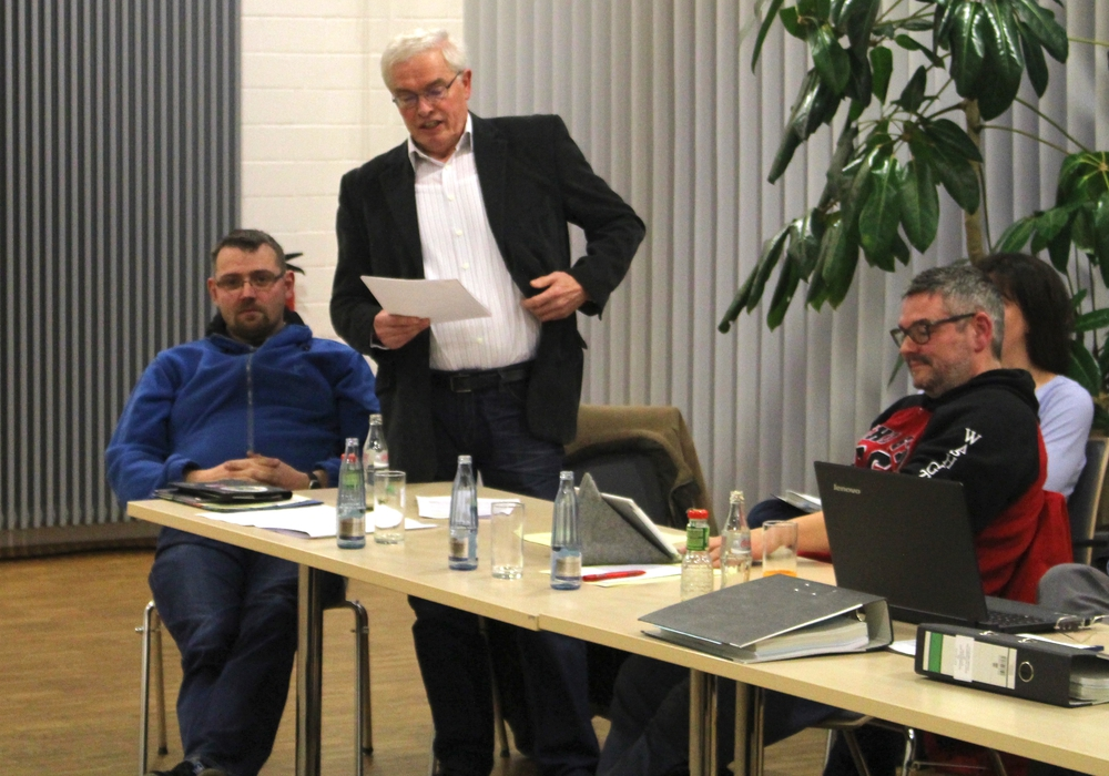 Leindes Ortsbürgermeister Horst Prediger (stehend) plädierte für den Erhalt seines Gemeinderaums. Foto: Alexander Dontscheff