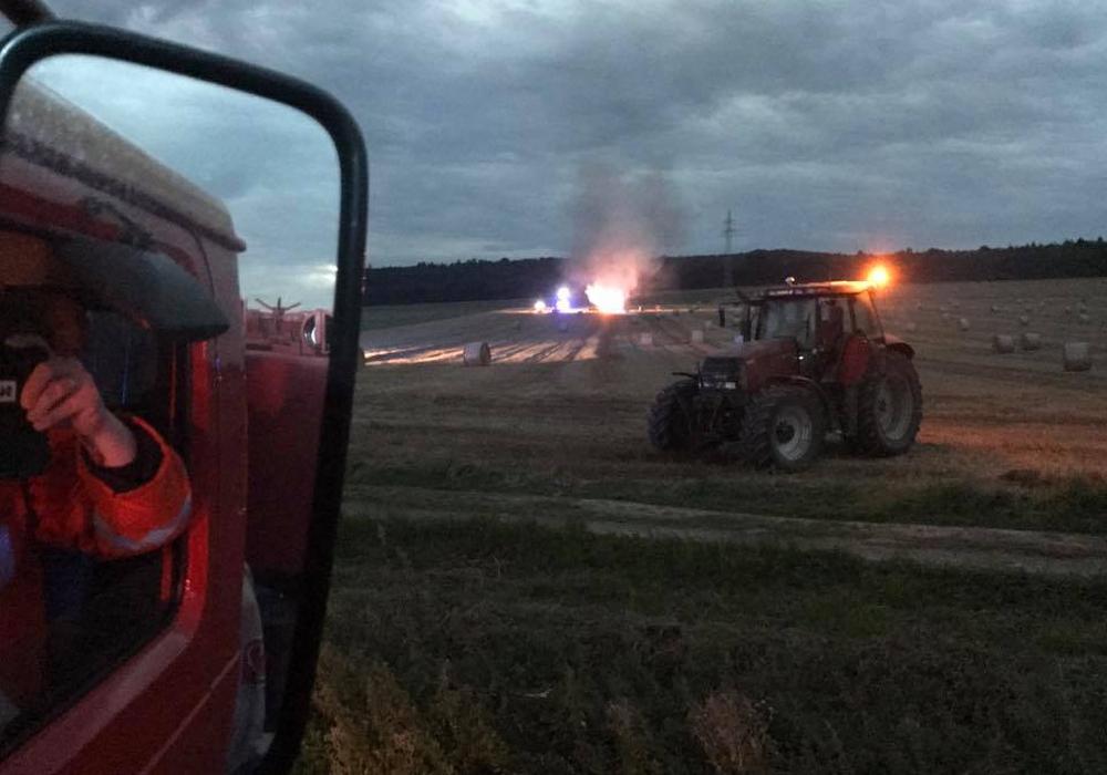 Die Strohpresse brannte lichterloh, doch ein Flächenbrand konnte verhindert werden. Fotos: Freiwillige Feuerwehr Salder/Frederick Becker