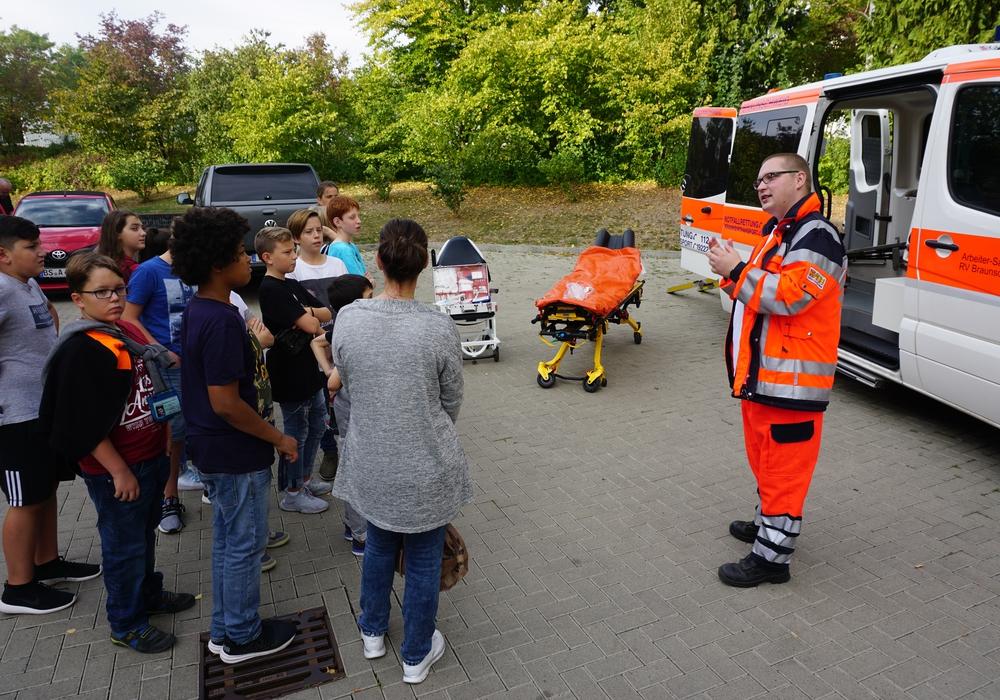 Unter anderem gab es spannende Einblicke in die Ausstattung eines Rettungswagens und die Arbeit der Rettungssanitäter. Fotos: THG