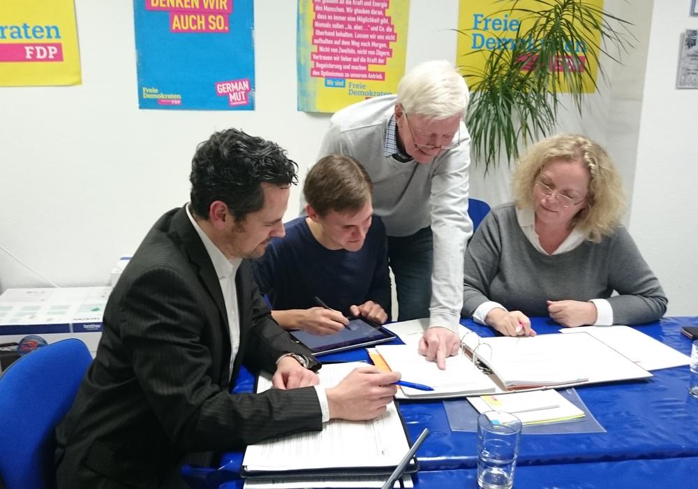 Der Vorstand des FDP-Stadtvorstandes nahm bei seiner Sitzung den Entwurf der städtischen Haushaltsplanung unter die Lupe: Pierre Balder, Vincent Schwarz, Rudolf Ordon und Vera Steiner (v.l.n.r.) sind sich einig, dass die Grundsteuer nicht erhöht werden sollte. Foto: FDP
