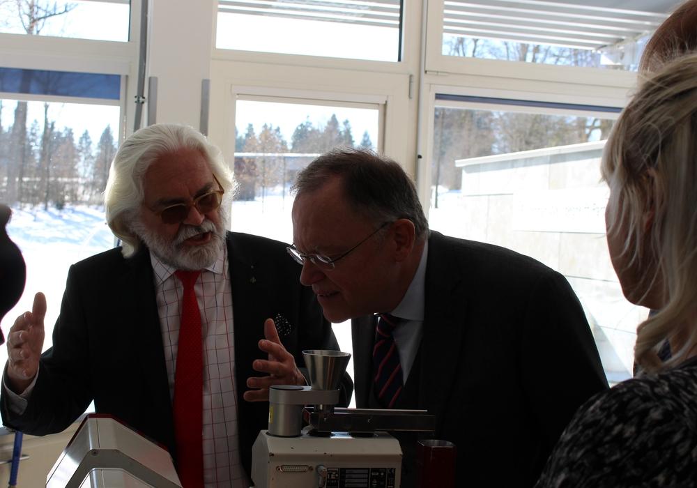 Anschauliche Beispiele für den Ministerpräsidenten beim Besucht des Unternehmens Sympatec in Clausthal-Zellerfeld. Fotos: Antonia Henker