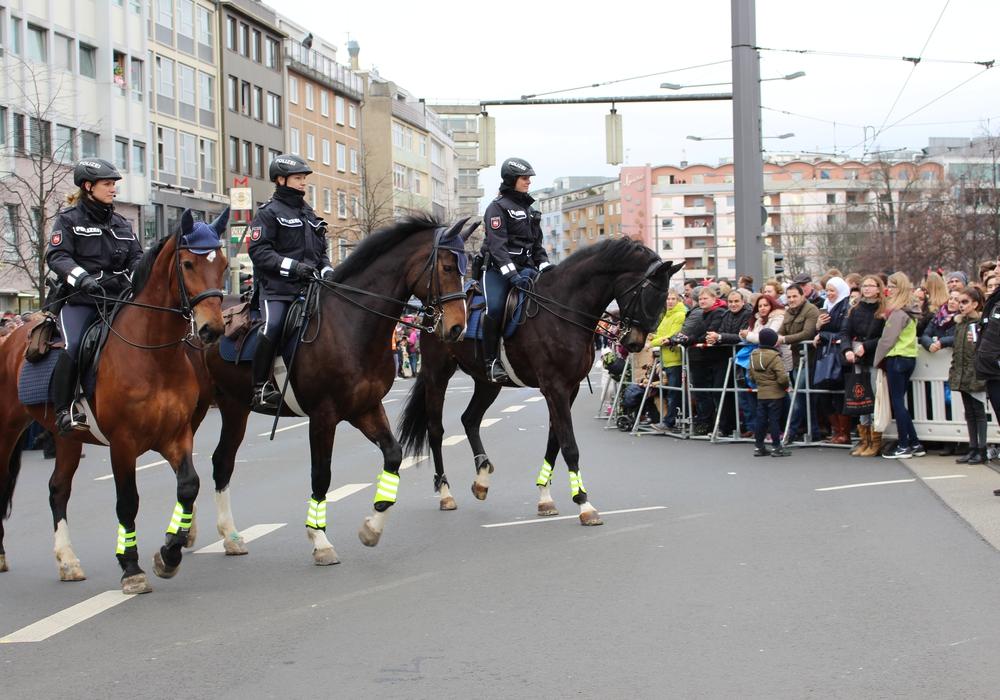 Berittene Polizisten beim Schoduvel in Braunschweig. Auch hier zeigt die Reiterstaffel jedes Jahr Präsenz. Symbolfoto: regionalHeute.de