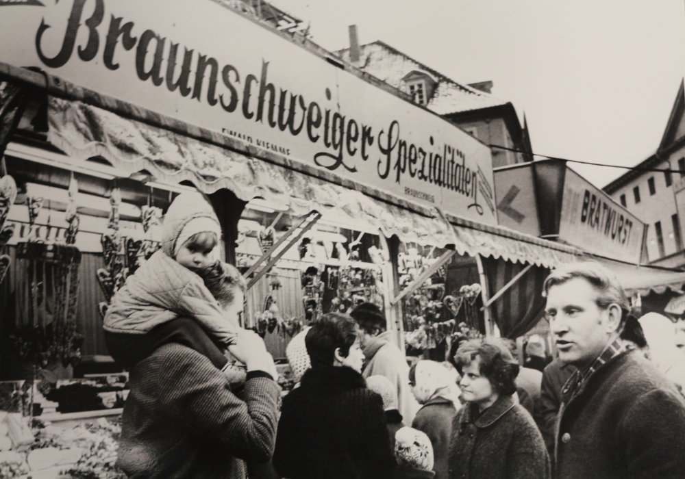 Der Weihnachtsmarkt im Jahr 1967, damals ging es schon auf dem Burgplatz rund. Alle Fotos:  Stadtarchiv Braunschweig: H XXX: 110
