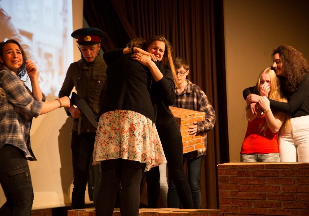 """Die Schüler brachten das Theaterstück """"40 Jahre deutsche Teilung"""" auf die Bühne. Foto: Adolf-Grimme-Gesamtschule"""