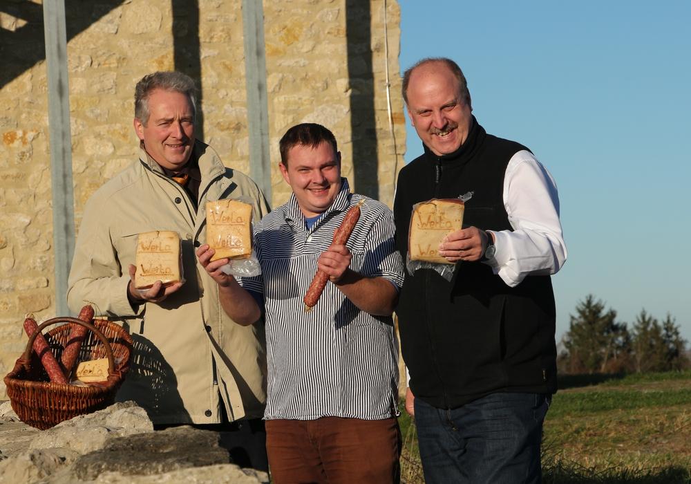 Frank Oesterhelweg, Tim Helbig und Andreas Memmert vor dem Westtor der Werla-Kernburg. Foto: Privat