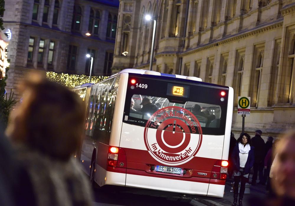 An den Adventssamstagen und rund um Heiligabend fahren regelmäßig Shuttlebusse von den Park & Ride-Plätzen zum Weihnachtsmarkt. (Foto: Braunschweig Stadtmarketing GmbH / Daniel Möller)