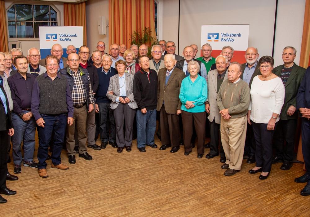Claudia Kayser, Leiterin der Direktion Wolfsburg der Volksbank BraWo (links) ehrte die anwesenden Jubilare für 50 Jahre Mitgliedschaft. Foto: Cagla Canidar