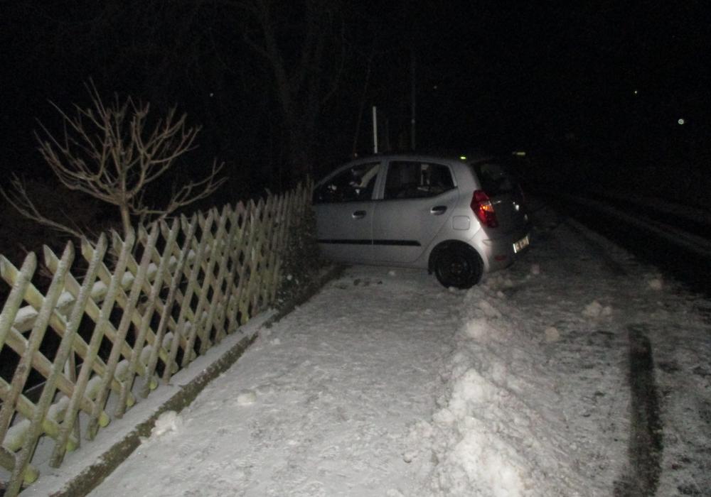 Das Auto kam von der Fahrbahn ab und demolierte einen Zaun. Foto: Feuerwehr