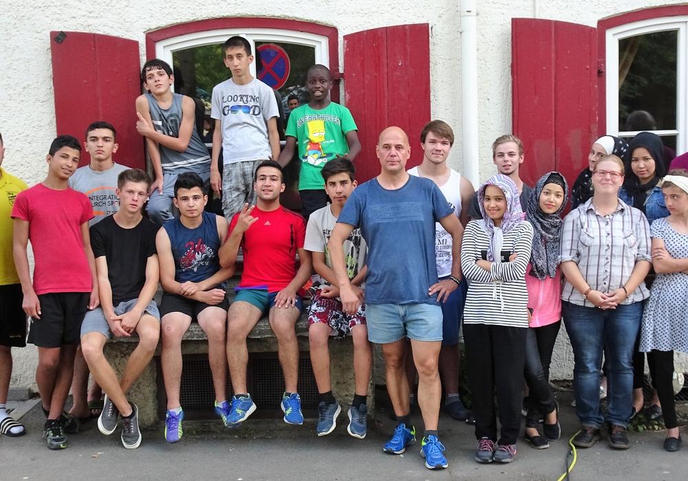 Gruppenfoto vor der Jugendherberge Goslar mit den Kooperationspartnern von Spurensuche Harzregion e.V. und der Jugendherberge Goslar. Foto: DRK Fläming-Spreewald.