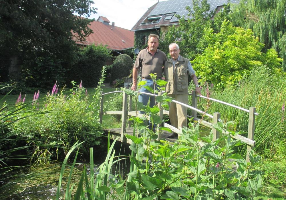 Der Sickter Altsamtgemeindebürgermeister Dieter Lorenz  informiert sich bei  Eckard Weddelmann über die heutige Landwirtschaft. Foto: Lorenz