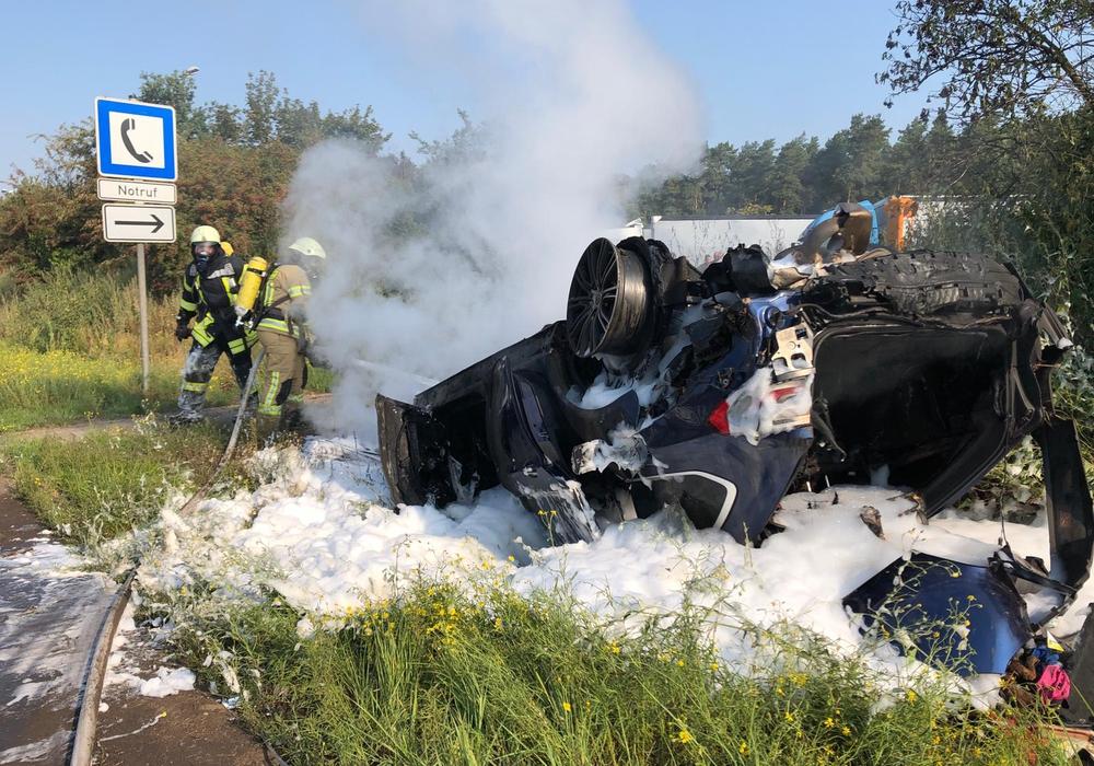 Das Auto hatte sich bei dem Unfall überschlagen. Fotos: Erarslan