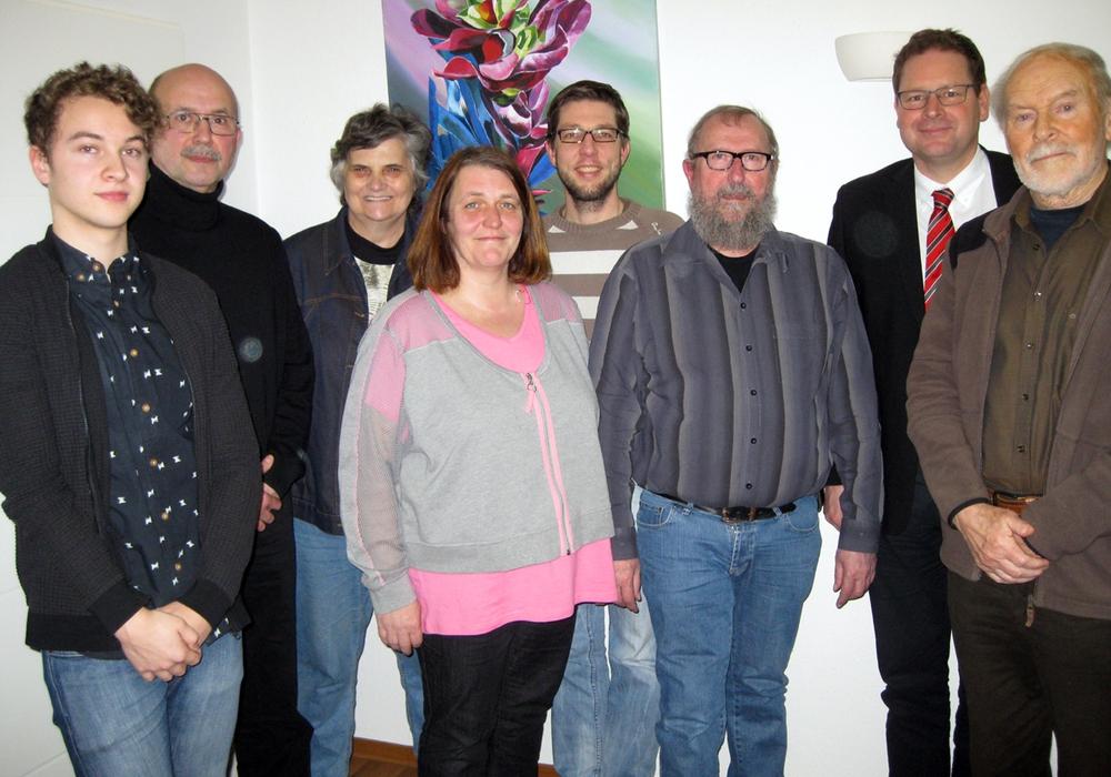 Der neue Vorstand: V. l. Amon Tschernatsch (Beisitzer), Klaus-Günter Tost (Beisitzer), Christiane Pantke (Beisitzerin), Cornelia Schaar (Schriftführerin), Marc Samel (Kassenwart), Peter Illner (Vorsitzender), Marcus Bosse und Fritz Sengpiel (Beisitzer). Es fehlt Klaus Tschernatsch (Stellvertreter).  Foto: P.Illner