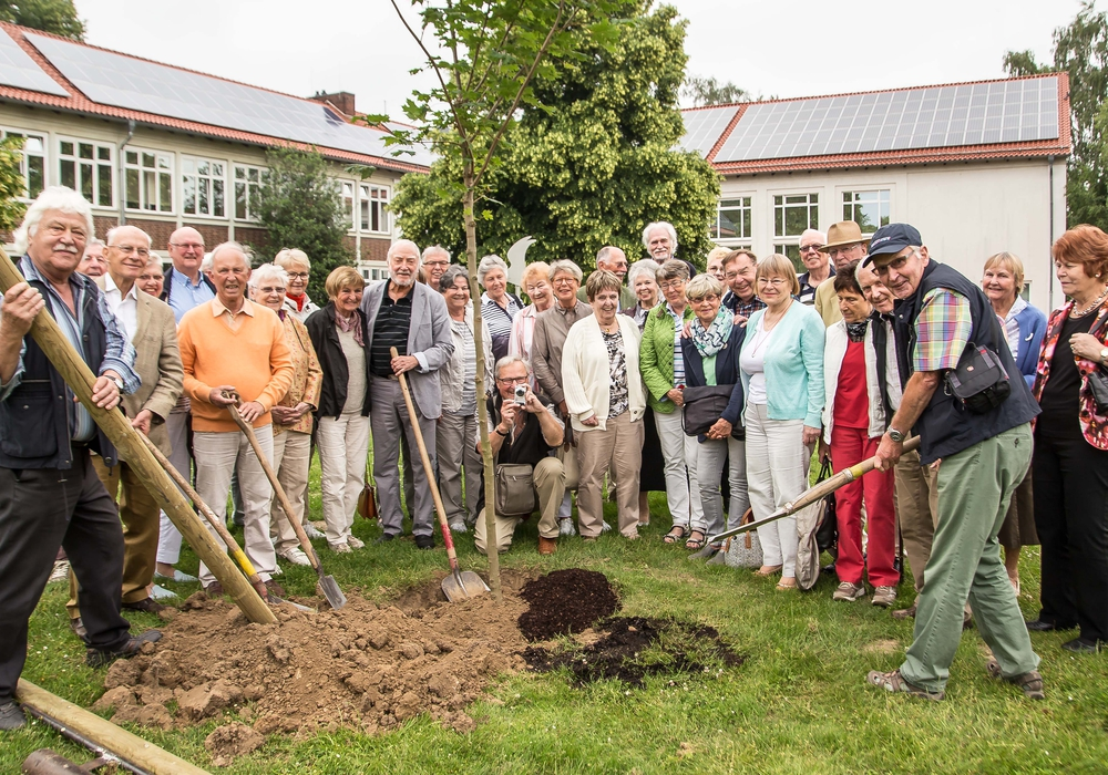 Zum 60. Jahrestag wurde ein Ahorn gepflanzt. Foto: Rudolf Karliczek