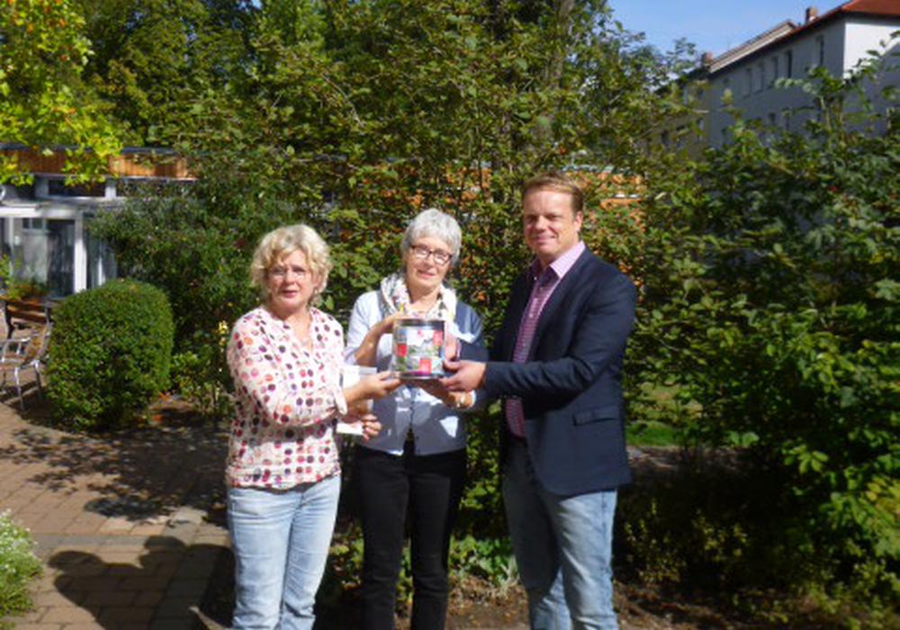 Christoph Bratmann mit Rita Dippel (links) und Anke Bierbaum-Schulte (rechts) vom Mehrgenerationenhaus bei der Spendenübergabe.