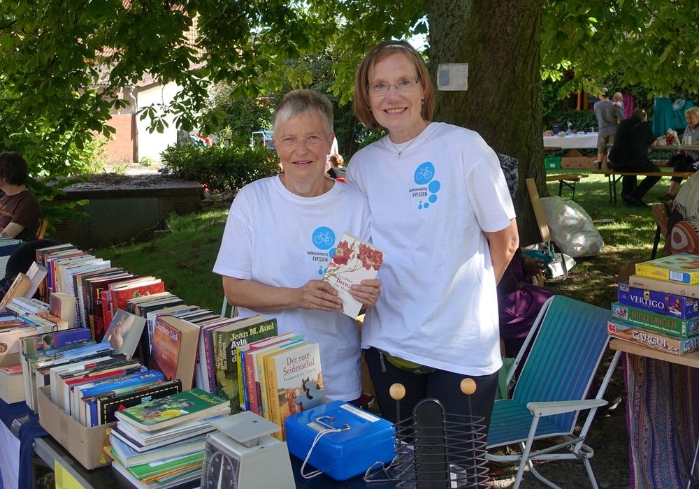 Christiane Wagner-Judith und Irene Mutke beim Flohmarkt unter der Kastanie. Foto: Privat