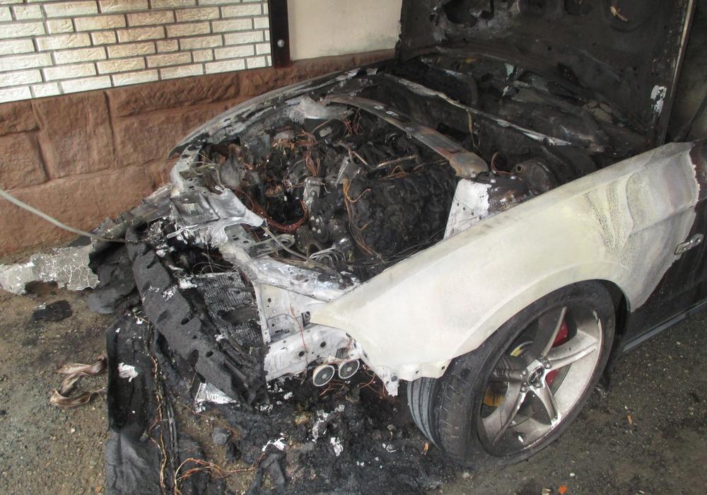 Der Motorblock des Sportwagens brannte total aus. Fotos: Polizei