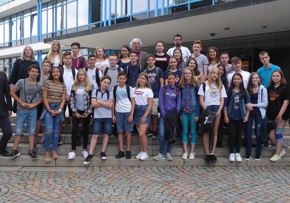 Die Besucher aus Pirey vor dem Rathaus. Foto: Stadt Wolfsburg
