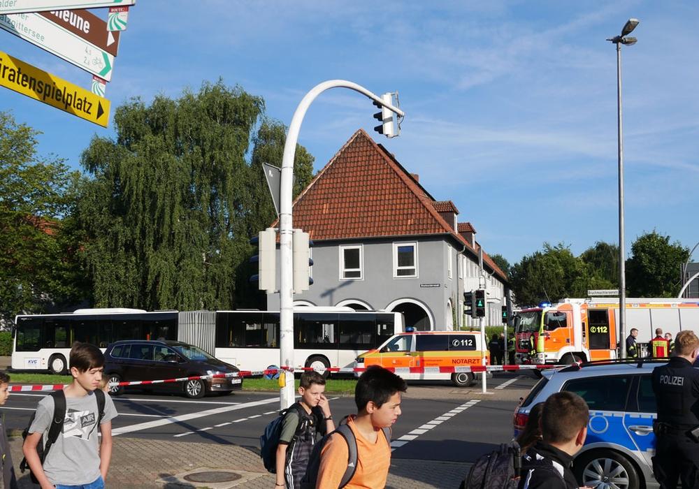 Auf dem Schulweg gerät ein 9-jähriges Mädchen unter einen Bus und stirbt noch am Unfallort. Fotos/Podcast: Alexander Panknin