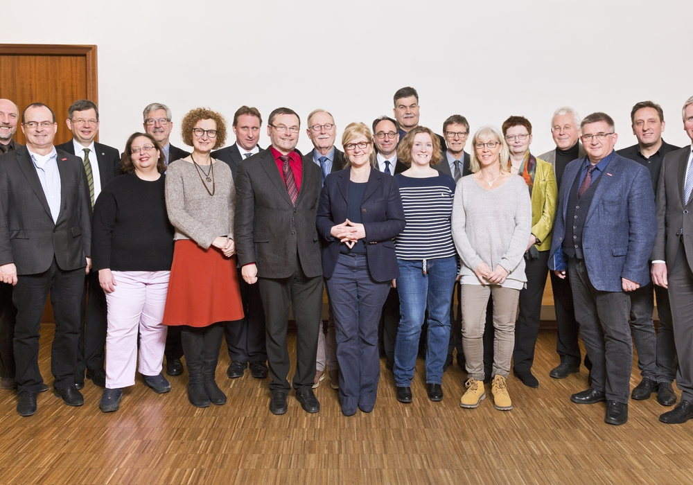 Pf. Dieter Rammler (Akademiedirektor), Prof. Dr. Dieter Jahn, Landesbischof Dr. Christoph Meyns (Vorsitzender), Prof. Dr. Nicole C. Karafyllis, Prof. Dr. Joachim Klein, Dr. Heike Pöppelmann (stell. Vorsitzende), Prof. Dr. med. Jan T. Kielstein, Dr. Uwe Meier, Dr. Karl Ermert, Dr. Anja Hesse, Tobias Henkel, Axel Richter, Katharina Schulz, Oberlandeskirchenrat Thomas Hofer, Martina Doeltz (Protokollführung), Anke Grewe, Prof. Dr. Peil, Detlef Bade, Michael Strauß, Dipl. Verw. W. Thomas Ring (v. li.). Zu ergänzen sind: Prof. Dr. Folkhard Isermeyer, Armin Maus, Dr. Heike Steingaß. Foto:  Ev. Akademie Abt Jerusalem