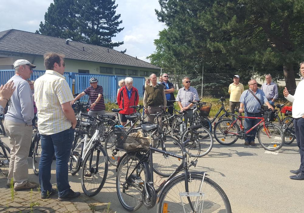 Dr. Oliver Junk bietet in regelmäßigen Abständen Fahrradsprechstunden an – unter anderem ging es schon zum Fliegerhorst. Foto: Stadt Goslar