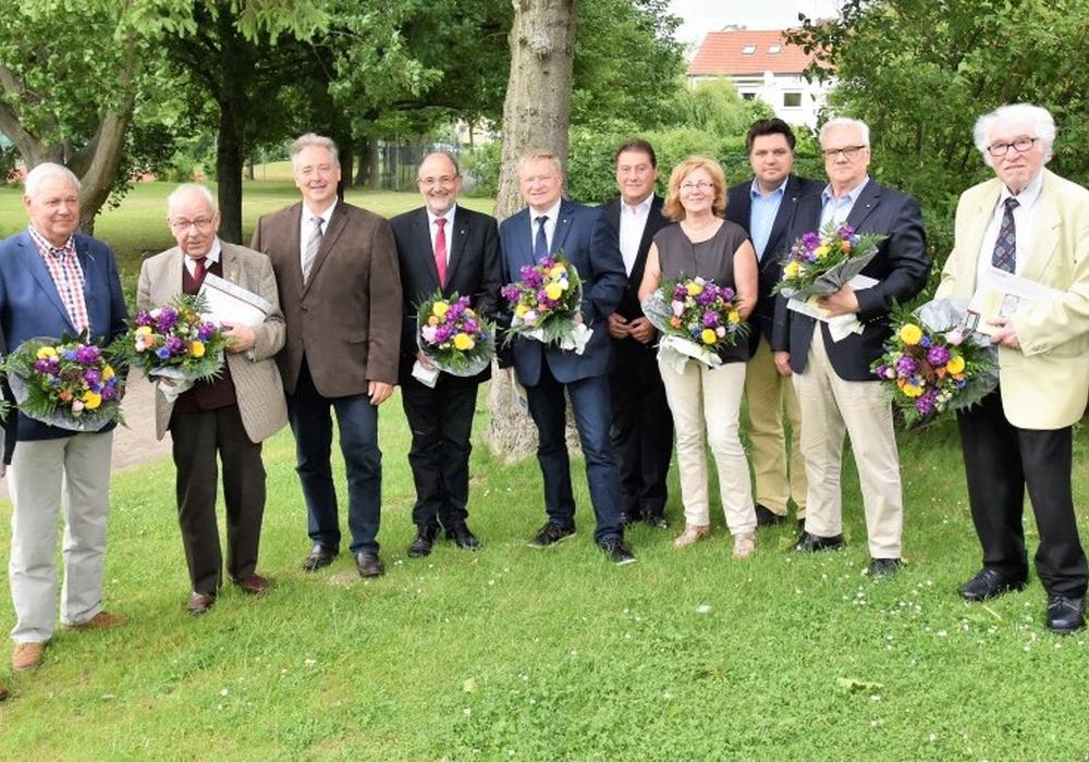 Die geehrten CDU-Jubilare gemeinsam mit dem Kreisvorsitzenden Frank Oesterhelweg und Uwe Lagosky (MdB) sowie den stellvertretenden Vorsitzenden. Foto: Meißler