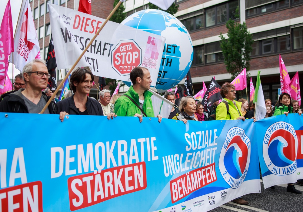Auch Greenpeace-Vertreter aus Braunschweig beteiligten sich an der Demo vor dem G20-Treffen. Fotos: Jannis Große