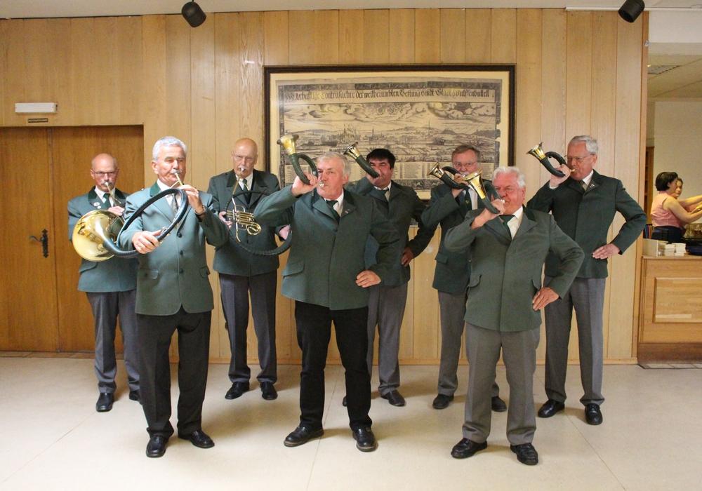 Die Jagdhörner kündigten den Beginn des Herrenessens an. Foto: Max Förster