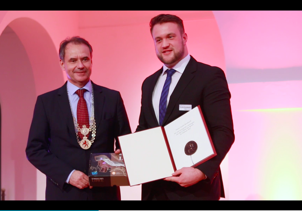 André Breitbarth bekam von Laudator Ulrich Markurth die Sportlermedaille der Stadt verliehen. Foto: Frank Vollmer/ Jens Bartels