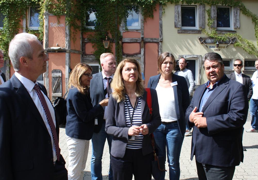 Auch der Besuch des damaligen Wirtschafts- und heutigen Außenministers Sigmar Gabriel im Integrationszentrum des Landkreises Goslar im Frühsommer 2016 war ein deutliches Zeichen, dass die hier geleistete Integrationsarbeit überregional wahrgenommen wurde. Foto: Landkreis Goslar