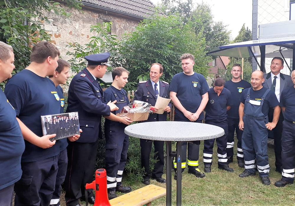 Ernennung vom ehemaligen Ortsbrandmeister Henning Schreiber zum Ehrenbrandmeister der Freiwilligen Feuerwehr Neindorf. Foto: Feuerwehr Neindorf