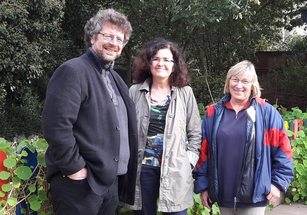 Heiko Sachtleben, Grüner Direktkandidat, Ministerin Gabriele Heinen-Kljajic und Betina Gube, Leiterin des Ökogartens. Foto: die Grünen