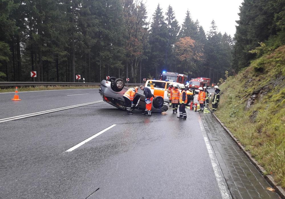 Das Fahrzeug hatte sich überschlagen und war auf dem Dach liegen geblieben. Foto: Feuerwehr Bad Harzburg
