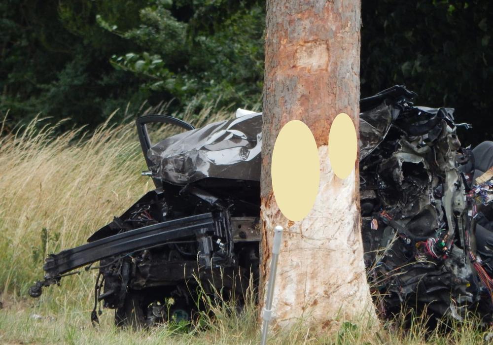 Auf der K61 kam es am Samstag zu einem schrecklichen Unfall. Fotos: Feuerwehr Velpke