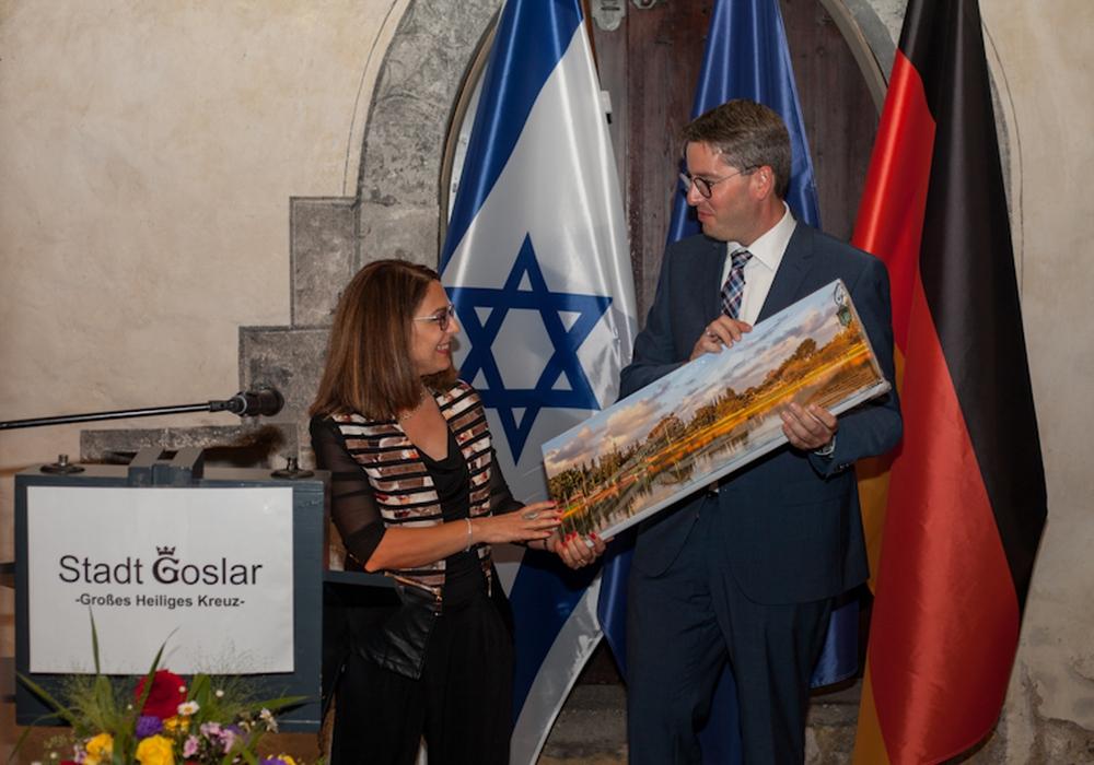 Stellvertretende Bürgermeisterin von Ra´anana, Sima Peri, überreicht im Großen Heiligen Kreuz Oberbürgermeister Junk ein Gastgeschenk anlässlich der Feierlichkeiten zum 10-jährigen Jubiläum des Freundschaftsvertrages der Städte.