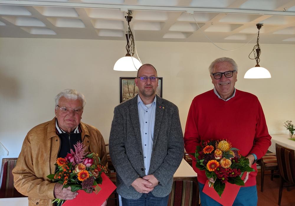 Sie sind seit fünf Jahrzehnten Genossen - hierfür wurden Hubert Schramm und Hans-Jürgen Schindler nun geehrt.  Foto: SPD Wittingen