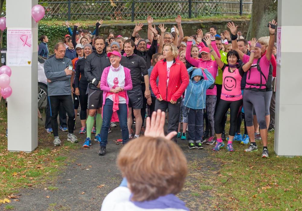 Gute Laune trotz Nieselregen: Rund 100 Teilnehmer kamen am Start zum 1. Anti-Brustkrebs-Lauf in Goslar zusammen. Foto: Alec Pein