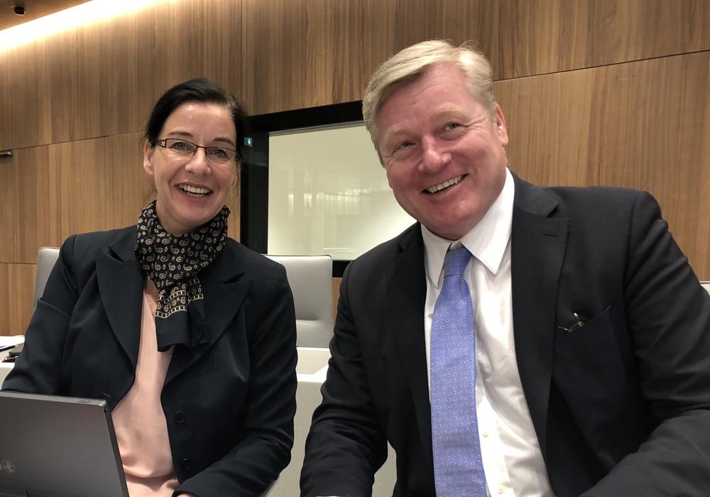 Veronika Koch, MdL mit Verkehrsminister Dr. Bernd Althusmann während der Plenarsitzung im Niedersächsischen Landtag. Foto: Wahlkreisbüro Veronika Koch