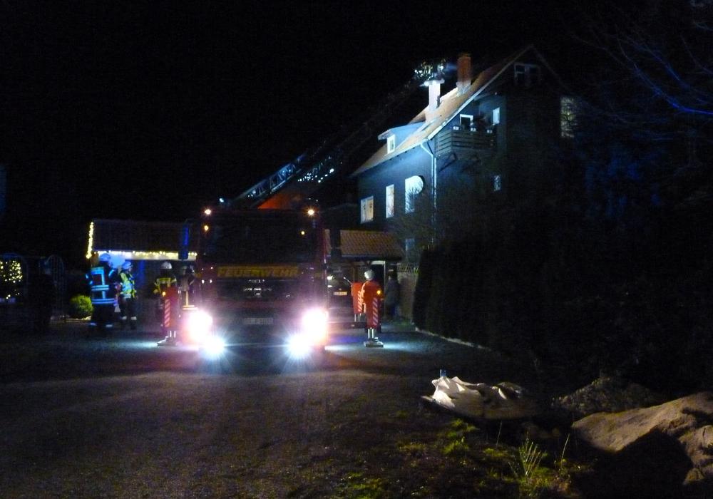 Mit der Goslarer Drehleiter konnte von Außen gegen das Feuer im Schornstein vorgegangen werden. Foto: Freiwillige Feuerwehr Oker