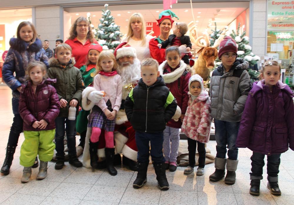 Maria-Theresia Schrader vom Mieterbeirat und Karina Karger vom Center-Management begrüßten zusammen mit vielen Kindern den Weihnachtsmann und seine Gehilfen. Foto: Alexander Dontscheff